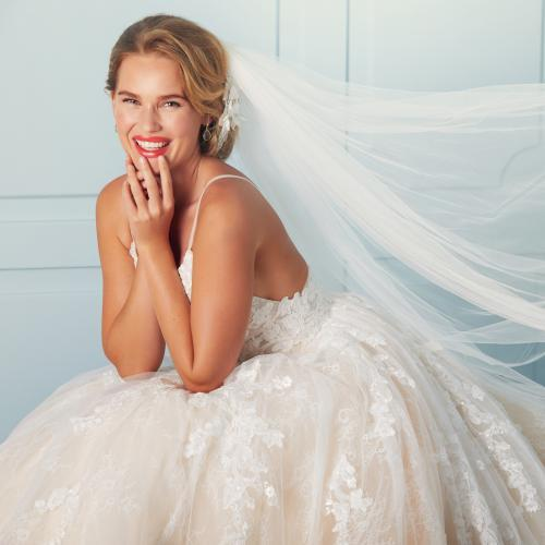 Mit Rosenblüten besticktes Brautkleid im Prinzessstil mit Spaghettiträgern von Lilly, Modell 4194