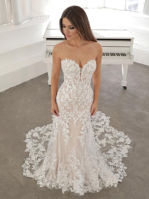 Roséfarbenes, trägerloses Godet-Hochzeitskleid mit Spitzenschleppe von Blue by Enzoani, Modell Nesta