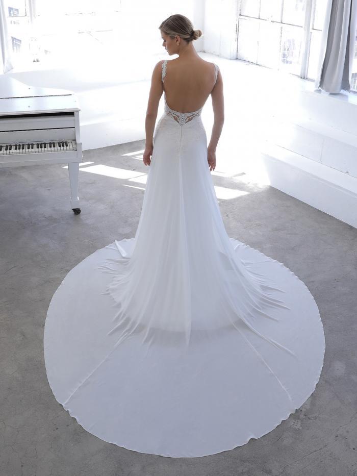 Weißes Hochzeitskleid in A-Linie mit fließendem Rock und V-Ausschnitt von Blue by Enzoani, Modell Novalee