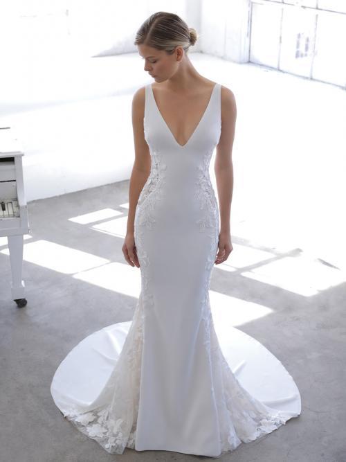 Weißes Brautkleid mit V-Ausschnitt, Spitzeneinsätzen mit Tattoo-Effekt und tiefem Rücken von Blue by Enzoani, Modell Nuraya