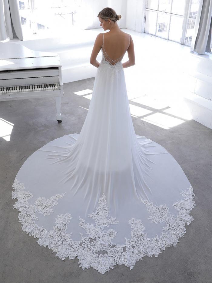Fließendes A-Linien-Brautkleid in Weiß mit Spitzentop und Spaghettiträgern von Blue by Enzoani, Modell Novella