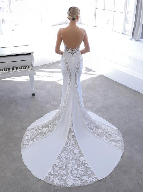 Godet-Hochzeitskleid in Weiß mit Spitzeneinsätzen, tiefem Rücken und Schleppe von Blue by Enzoani, Modell Neci