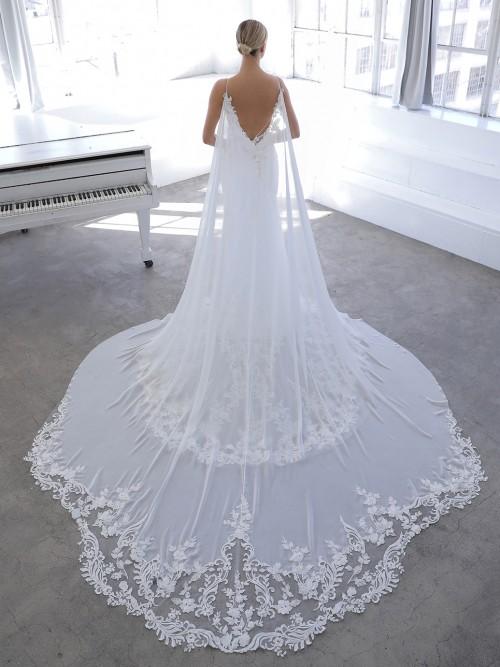 Hochzeitskleid im Godet-Schnitt mit transparentem Spitzentop und abnehmbarem Cape von Blue by Enzoani, Modell Nazneen