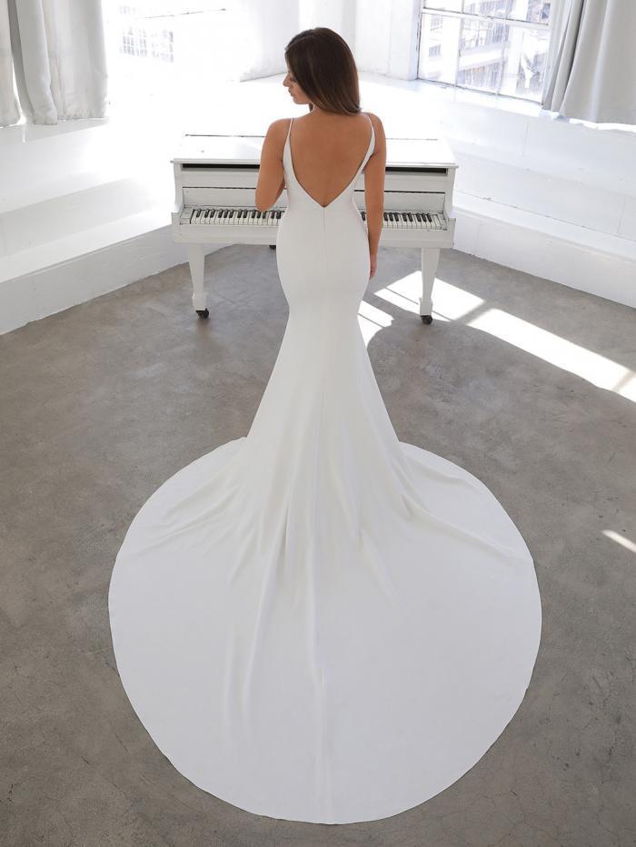 Puristisches Fit-and-Flare-Brautkleid in Weiß mit Spaghettiträgern und abnehmbarem Cape von Blue by Enzoani, Modell Nelia