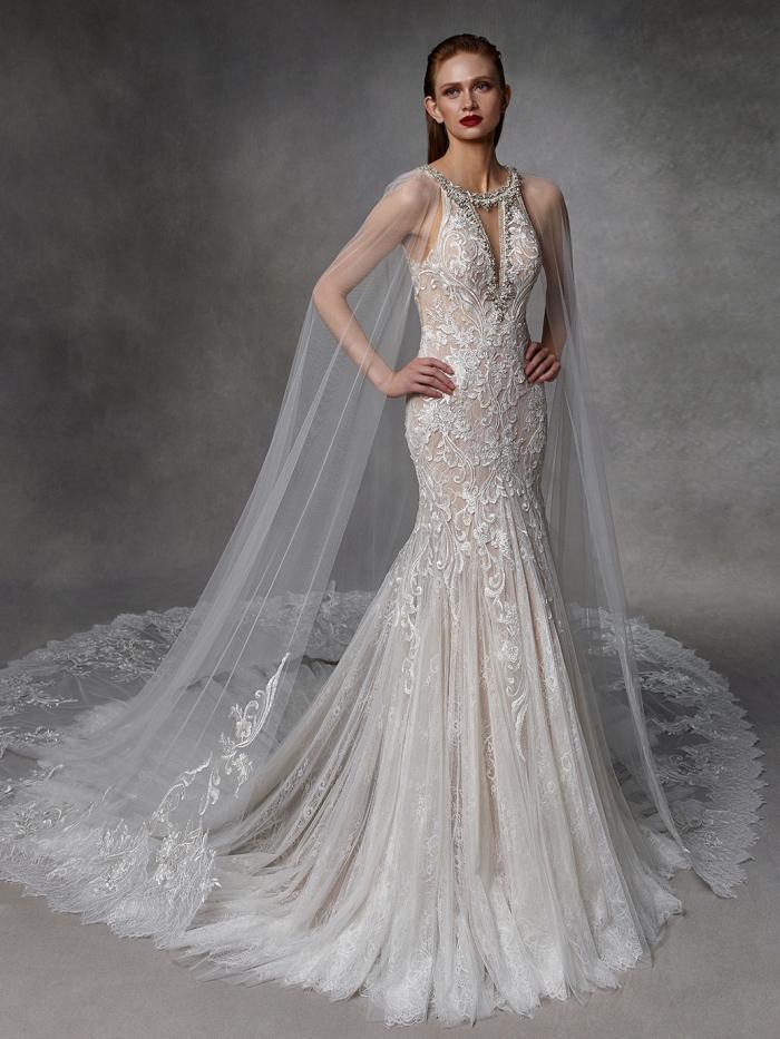 Hochzeitskleid in Puder mit Neckholder-Ausschnitt, Strassschmuck, Cape und Schleppe von Badgley Mischka, Modell Dot