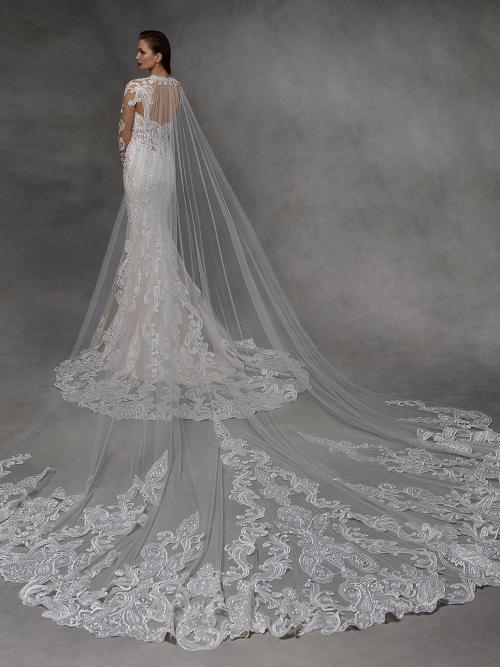 Hochzeitskleid mit 3D-Spitze, langen Ärmeln, Tattoo-Effekt, Schleppe und Cape von Badgley Mischka, Modell Dolly