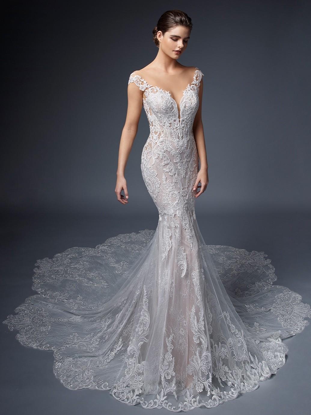 Rosafarbenes Hochzeitskleid im Fit-and-Flare-Schnitt mit Kontrastspitze, tiefem Rücken und Schleppe von Elysée, Modell Helene