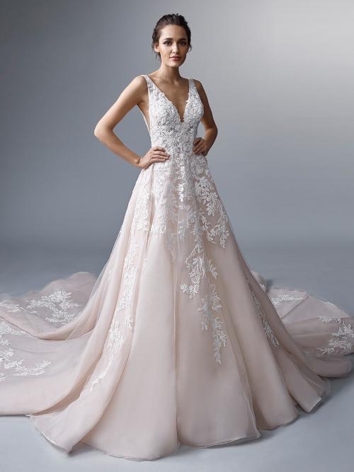 Prinzess-Brautkleid in Rosé mit 3D-Spitze, V-Ausschnitt, seitlichen Cut-outs, tiefem Rücken und langer Schleppe von Elysée Atelier, Modell Duaphine