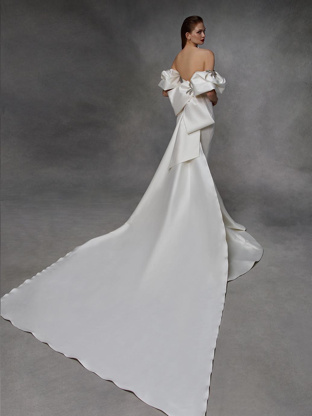 Weißes Brautkleid mit trägerlosem Sweetheart-Ausschnitt, Puffärmeln, Schleife und Schleppe von Badgley Mischka, Modell Dylan