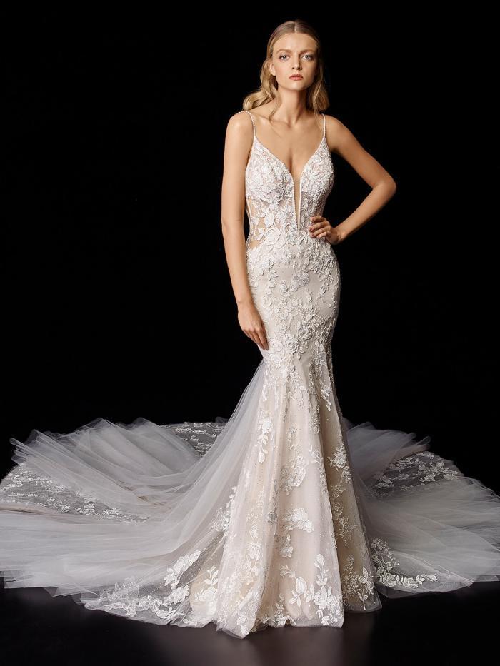 Hochzeitskleid im Fit-and-Flare-Schnitt mit 3D-Spitze, transparenten Partien und tiefem Plunge-Ausschnitt von Enzoani, Modell Portia