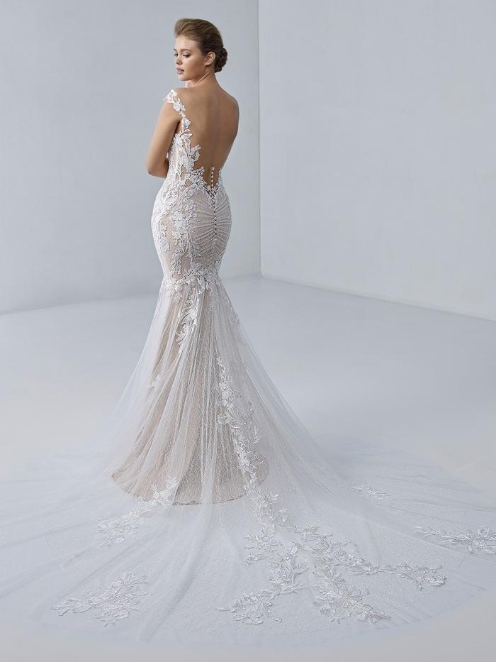 Blushfarbenes Brautkleid im Fit-and-Flare-Schnitt mit Kontrastspitze und Illusion-Ausschnitt von Etoile, Modell Stephanie
