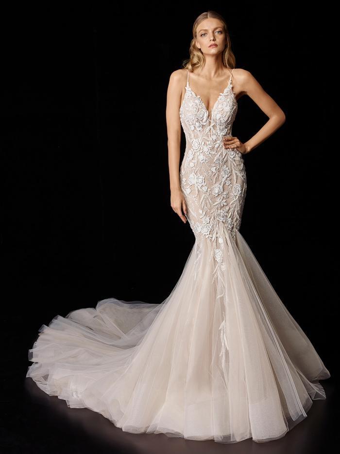 Brautkleid im Fit-and-Flare-Schnitt in Blush mit Kontrastspitze und Tüllrock von Enzoani, Modell Primrose
