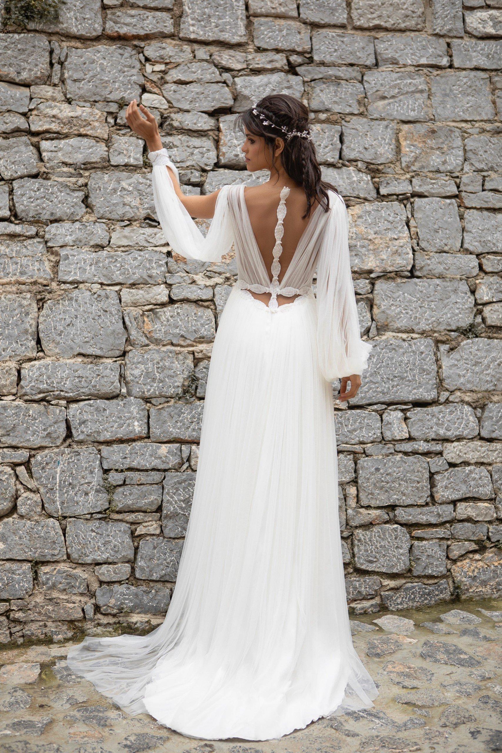 Brautkleid im Empire-Schnitt mit langen Ärmeln, Beinschlitz und raffiniertem Rücken von Emine Yildirim, Modell 2000