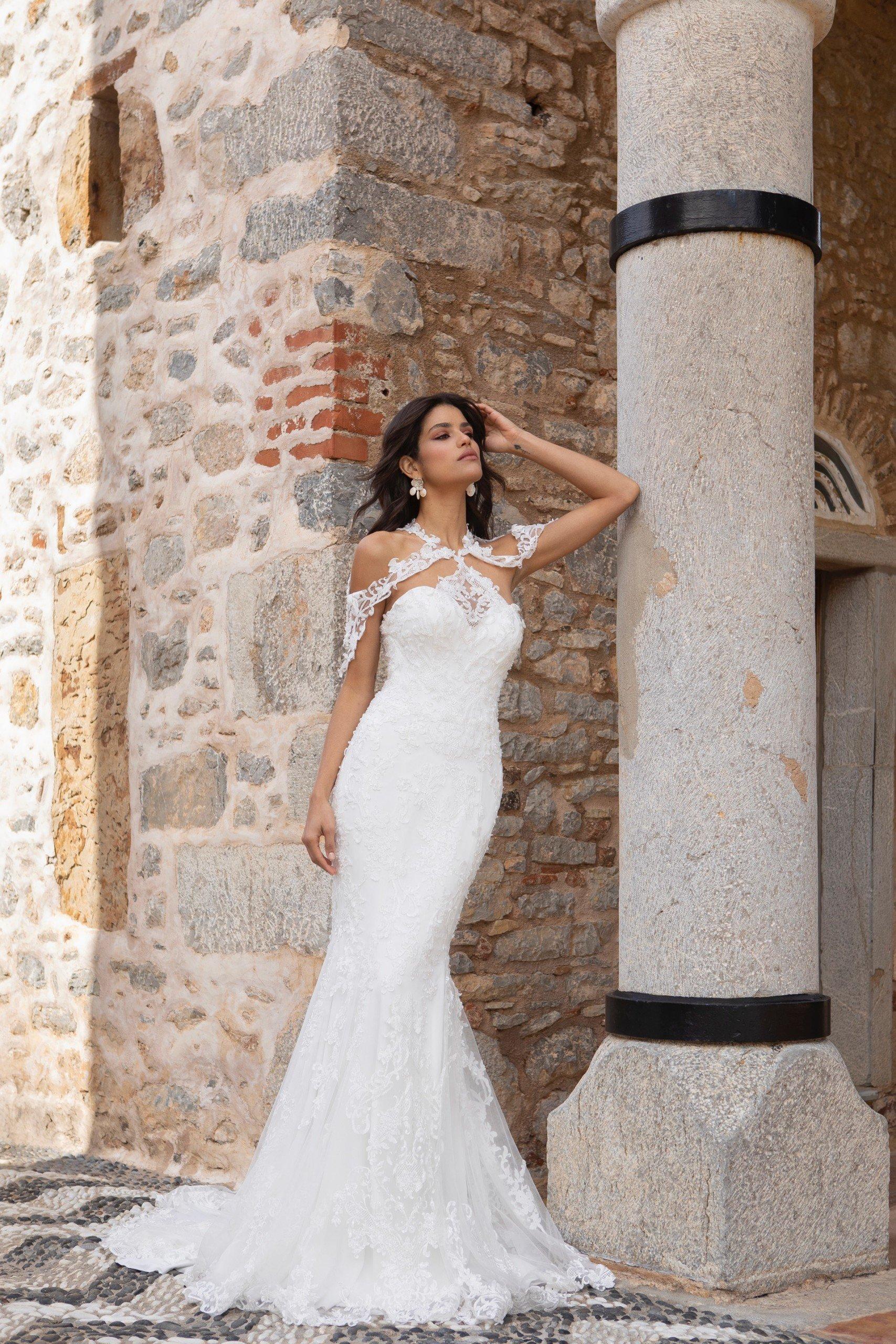 Schulterfreies Fit-and-Flare-Brautkleid aus Spitze mit Neckholder-Ausschnitt von Emine Yildirim, Modell 2013