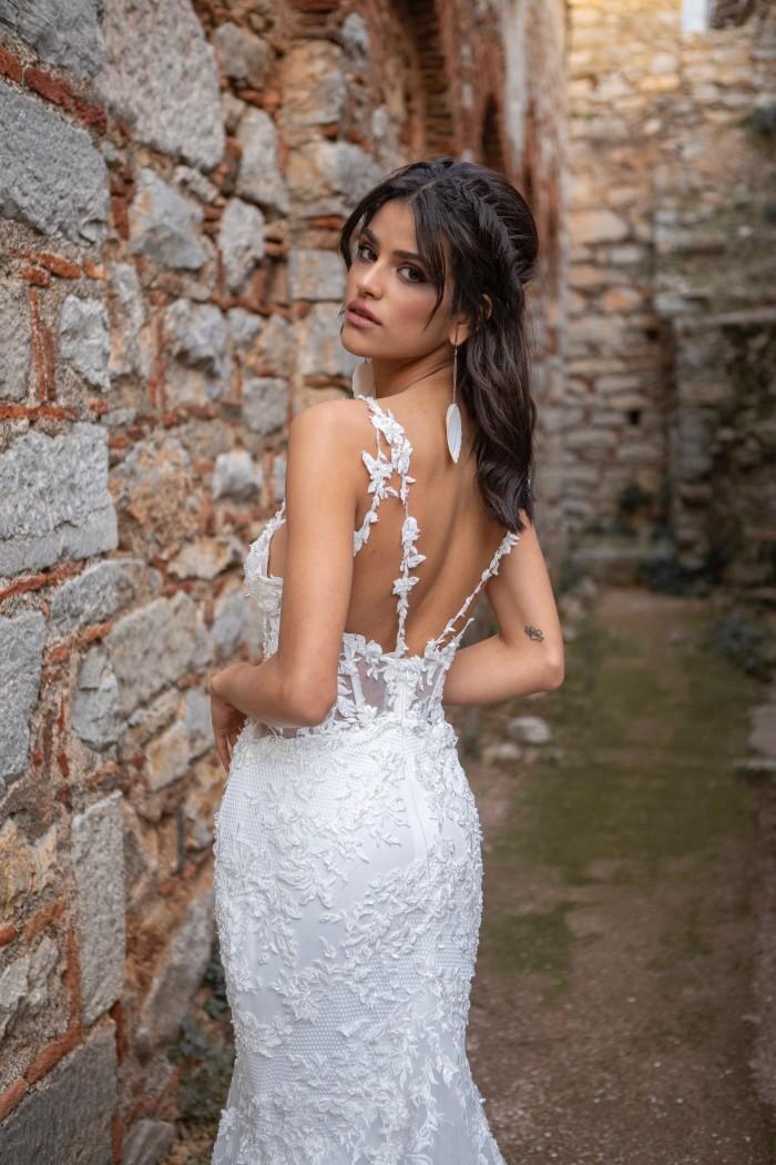 Fit-and-Flare-Brautkleid mit Spitzendekorationen, Ausschnitt in Herzform, Spaghettiträgern und Schleppe von Emine Yildirm, Modell 2010