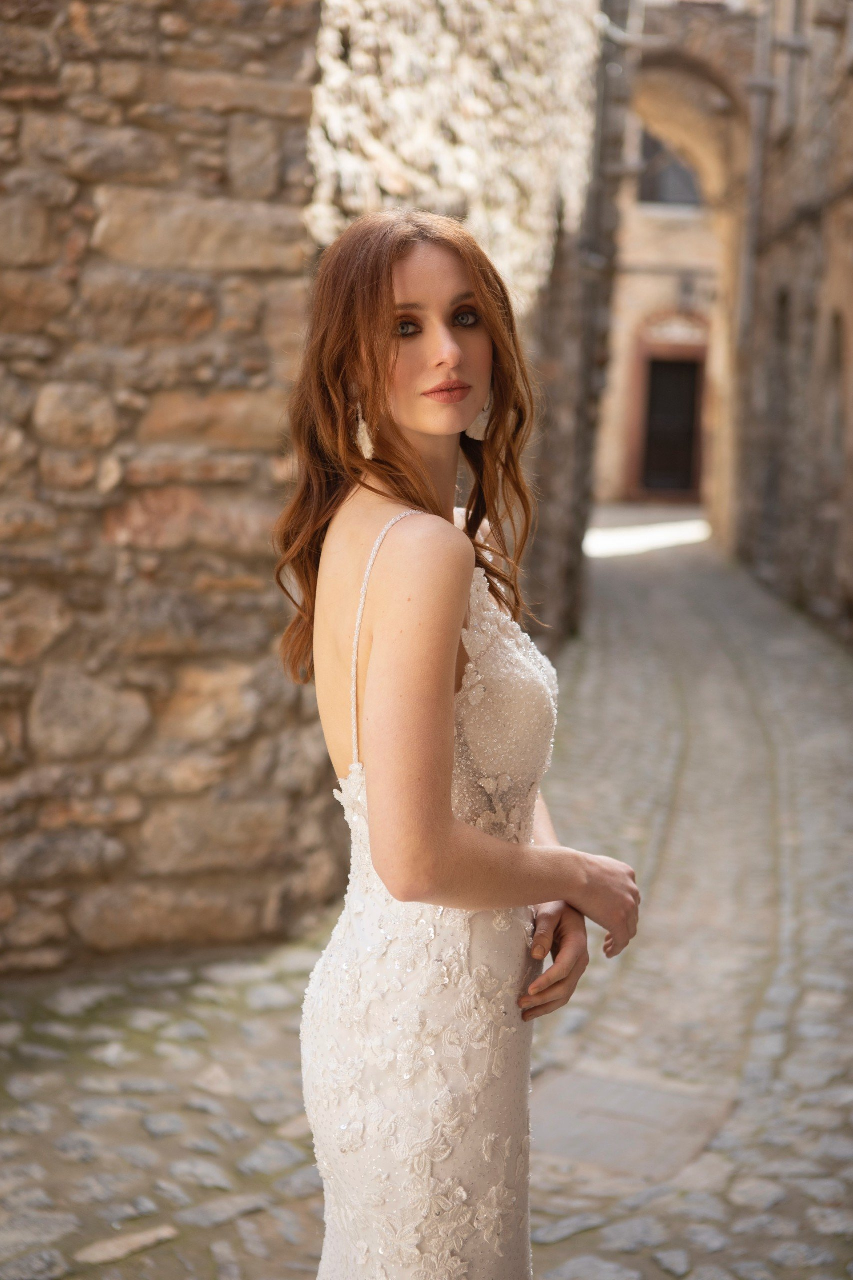 Fit-and-Flare-Brautkleid mit Spitzendekorationen, Plunge-Ausschnitt und tiefem Rückendekollleté von Emine Yildirim, Modell 2037