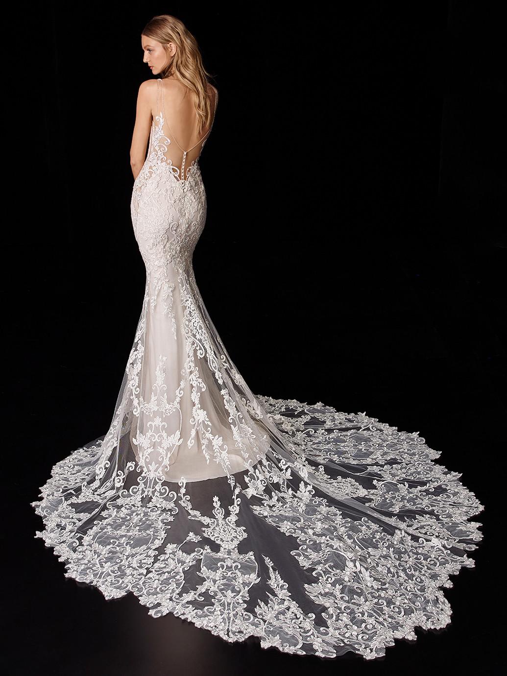 Hochzeitskleid in Nude mit Allover-Spitze und abnehmbarer Spitzenschleppe von Enzoani, Modell Penny