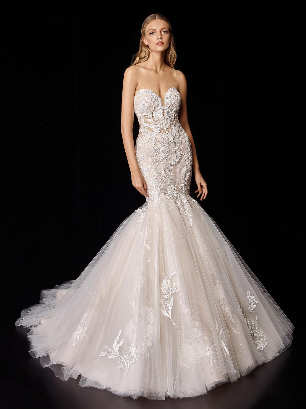 Trägerloses, nudefarbenes Brautkleid mit Glitter-Tüll und 3D-Spitze von Enzoani, Modell Phyllis