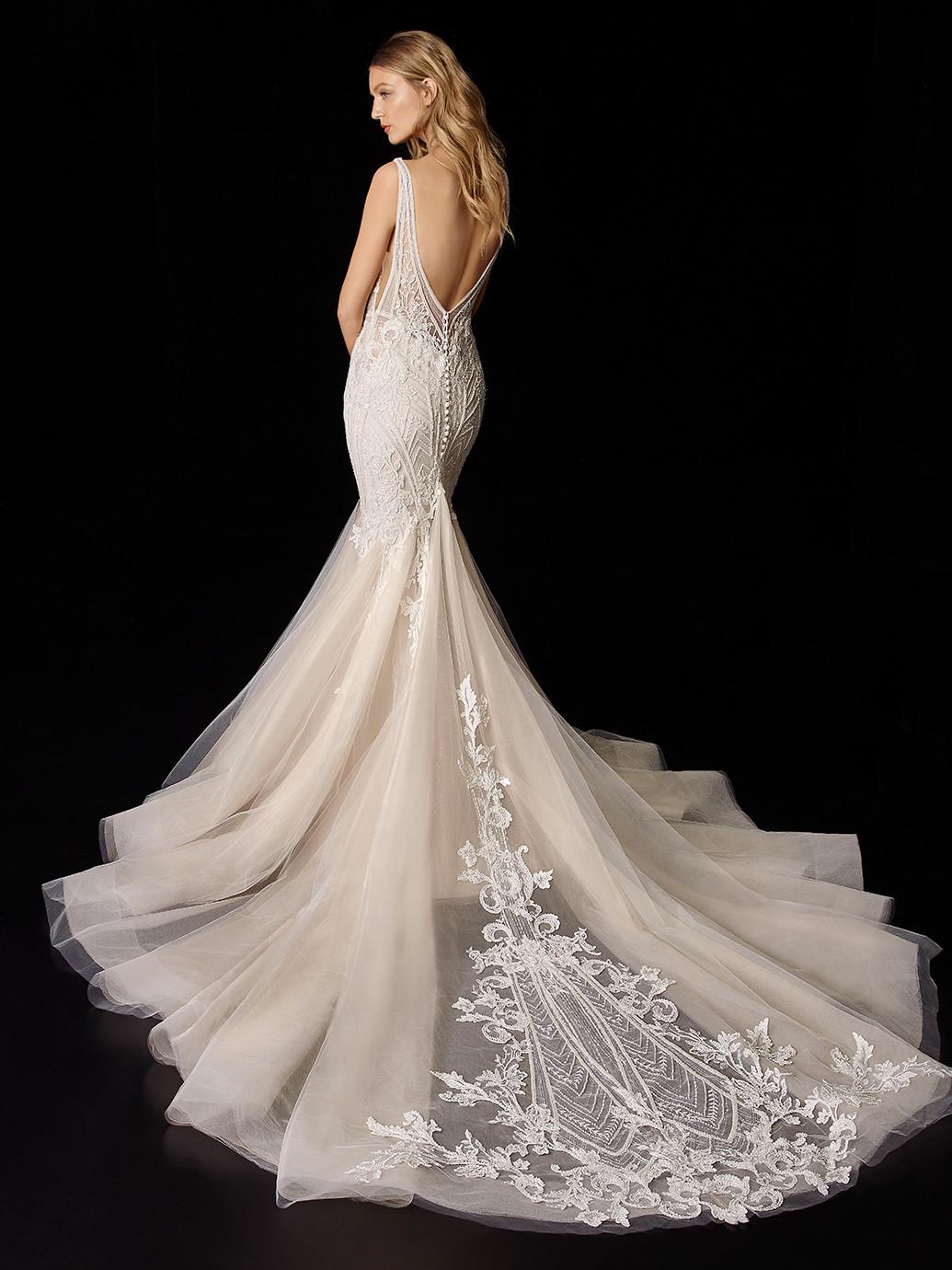 Hochzeitskleid in Nude mit Spitze, Plunge-Ausschnitt und seitlichen V-Cuts von Enzoani, Modell Philomina