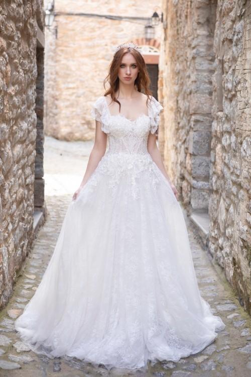 Brautkleid mit Ausschnitt in Herzform und kurzen Schmetterlingsärmeln von Emine Yildirim, Modell 2022