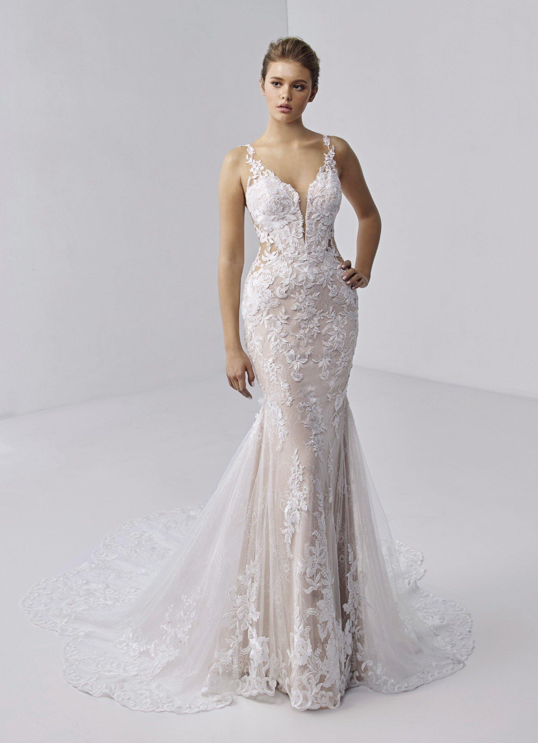 Rückenfreies Fit-and-Flare-Hochzeitskleid in Rosa mit Plunge-Ausschnitt und Schleppe von Etoile, Modell Adrianna