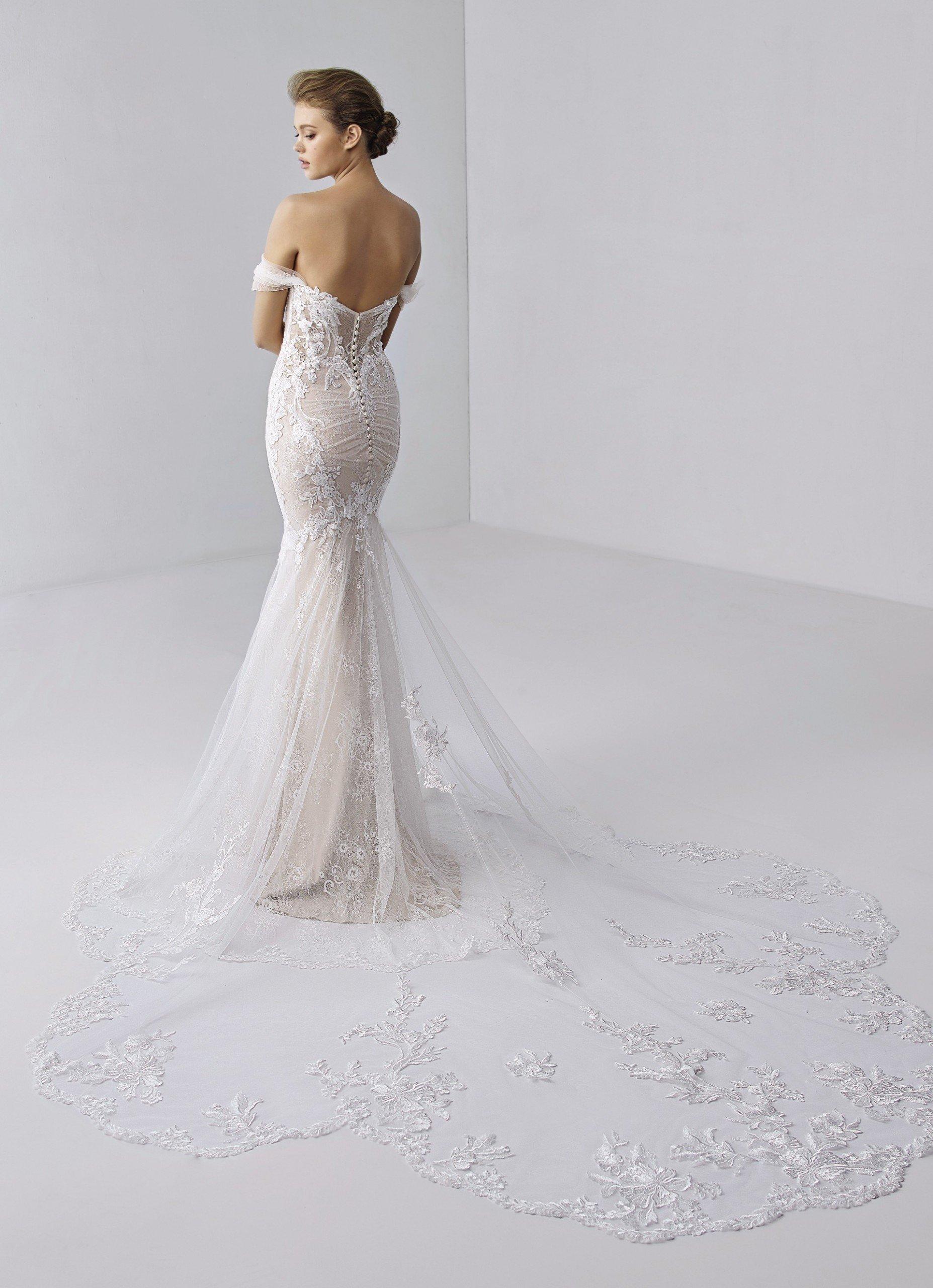 Fit-and-Flare-Brautkleid in Rosa mit Off-Shoulder-Trägern und Spitzenschleppe von Etoile, Modell Evangeline