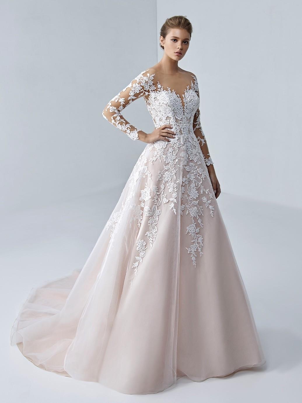 Rosa Hochzeitskleid im Prinzess-Schnitt mit langen Spitzenärmeln und Tattoo-Effekt von Etoile, Modell Arabelle