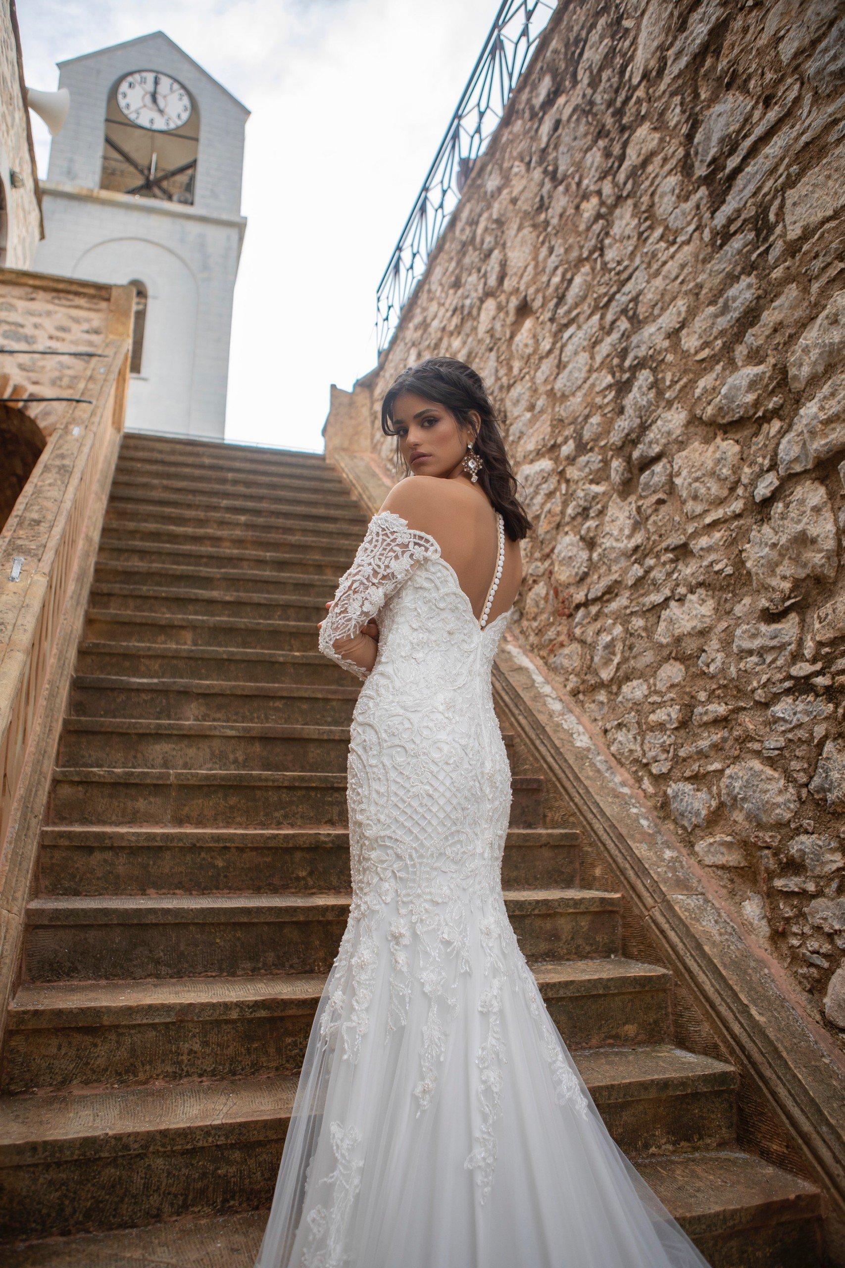 Schulterfreies Hochzeitskleid aus Spitze mit transparenten Ärmeln von Emine Yildirim, Modell 2003