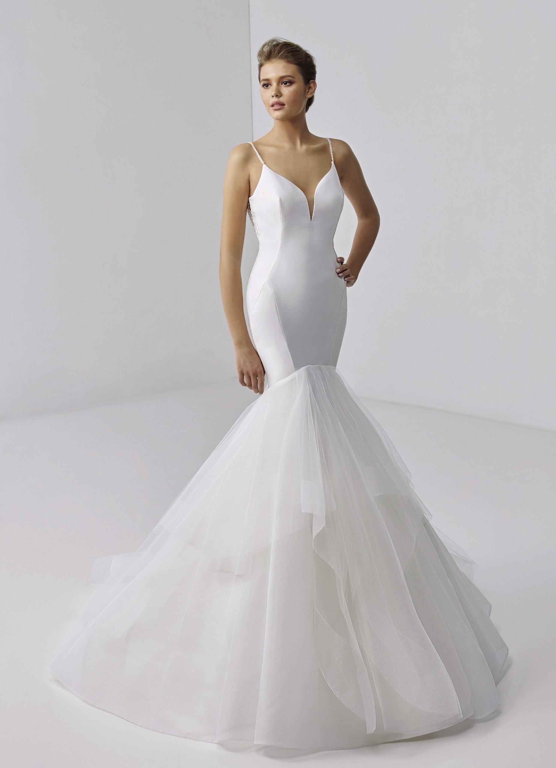 Fit-and-Flare-Hochzeitskleid in Weiß mit Volants, tiefem Rücken und Schleppe von Etoile, Modell Brigitte