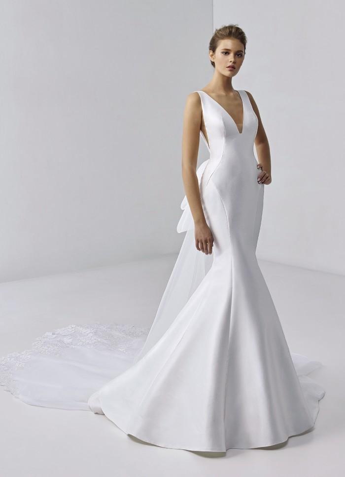 Weißes Fit-and-Flare-Brautkleid mit V-Ausschnitt, tiefem Rücken und Spitzenschleppe von Etoile, Modell Cygneau