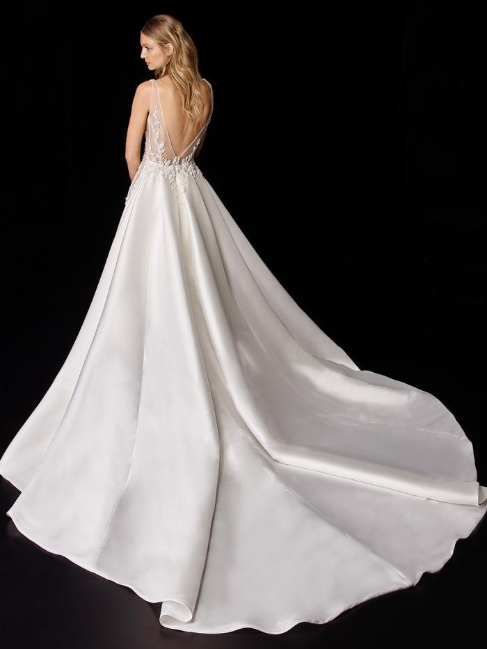 Weißes Satin-Hochzeitskleid im Fit-and-Flare-Schnitt mit in der Hüfte angesetzter, voluminöser Schleppe von Enzoani, Modell Petrina
