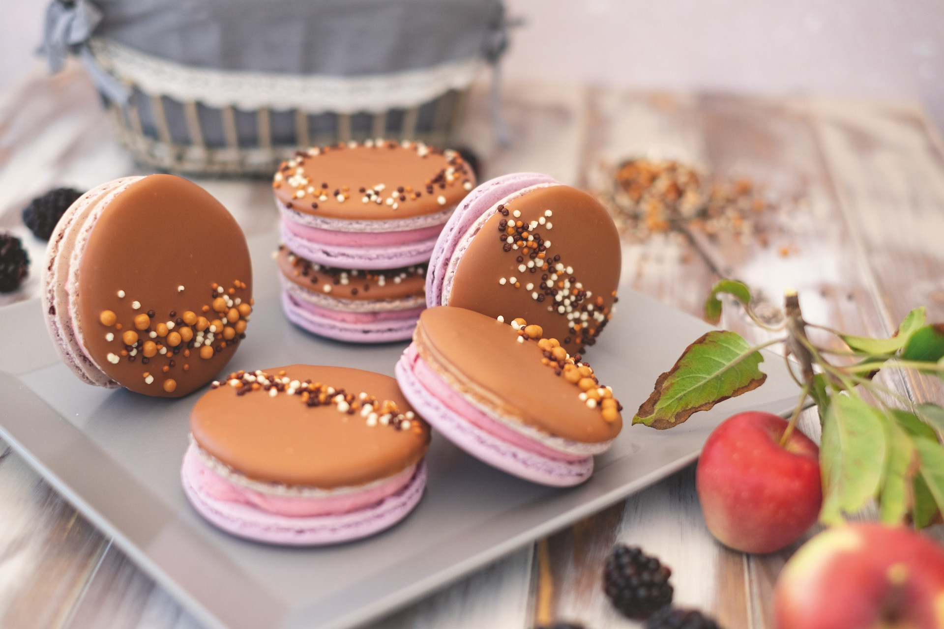 Brombeer-Apfel-Macarons mit Buttercreme-Füllung
