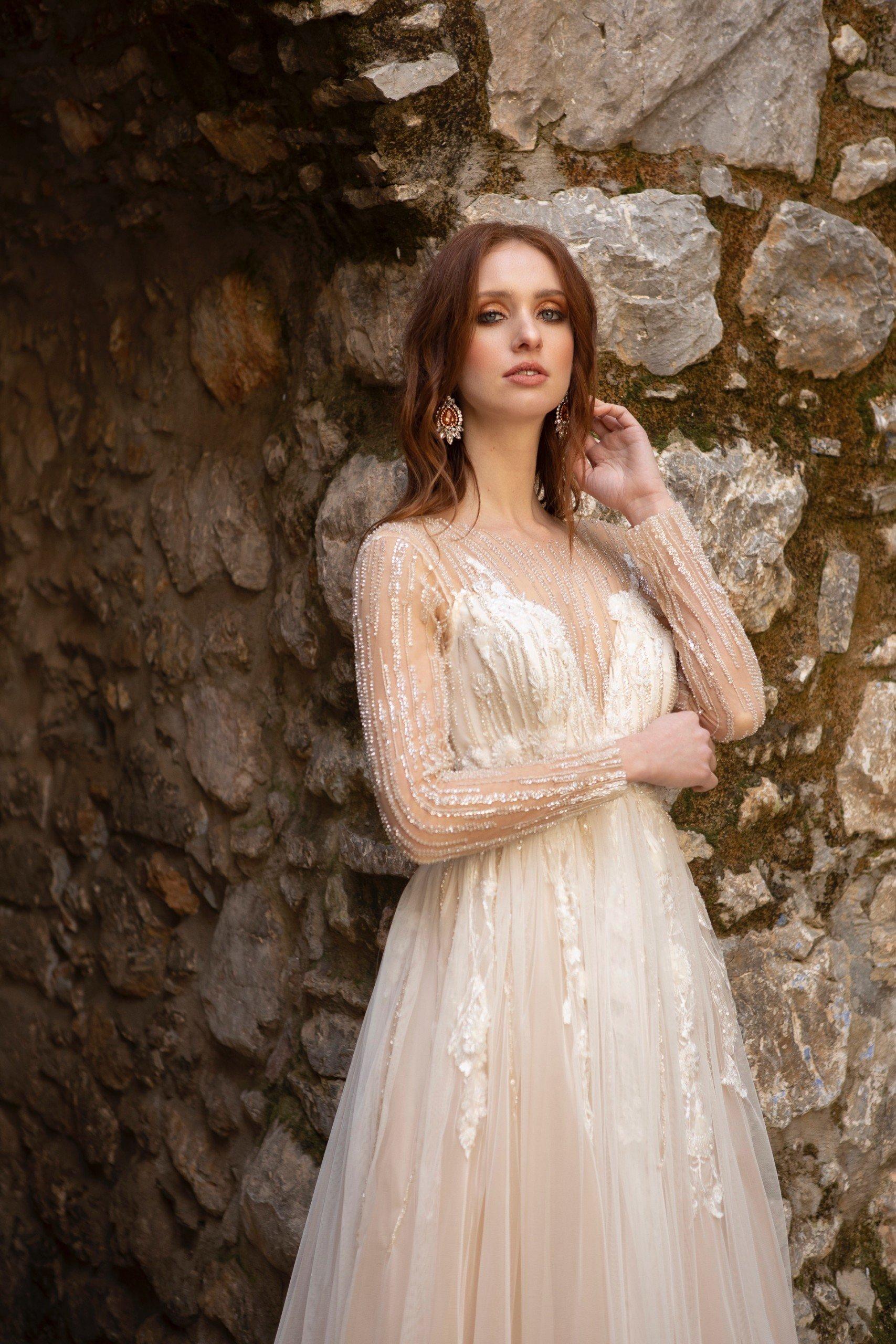 hochzeitskleid in blush mit funkelnden stickereien von emine