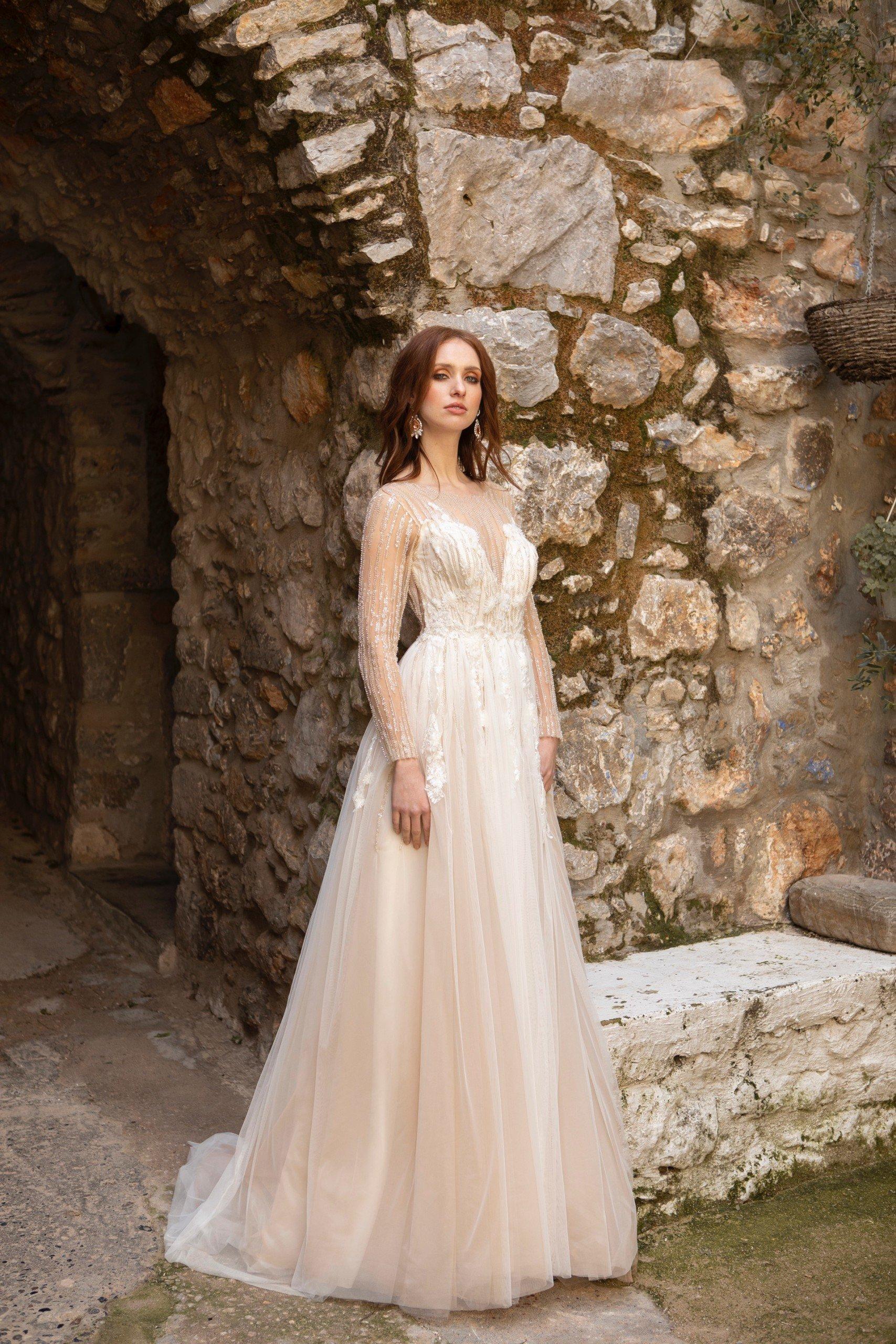 Rückenfreies Hochzeitskleid in Blush mit langen Ärmeln und funkelnden Stickereien von Emine Yildirim, Modell 2054
