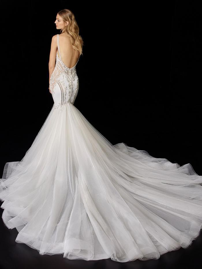 Hochzeitskleid im Fit-and-Flare-Schnitt mit Tüllrock, bestickter Spitze und V-Ausschnitt von Enzoani, Modell Polli