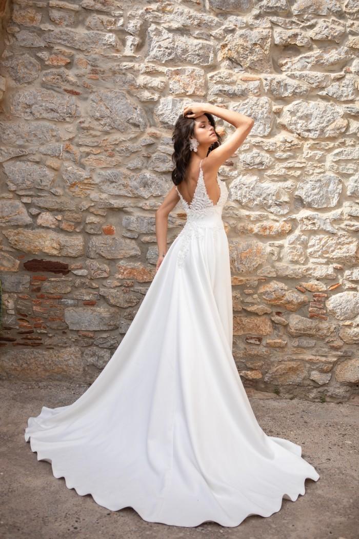Hochzeitskleid mit Plunge-Ausschnitt, Spaghettiträgern und Schleppe von Emine Yildirim, Modell 2052