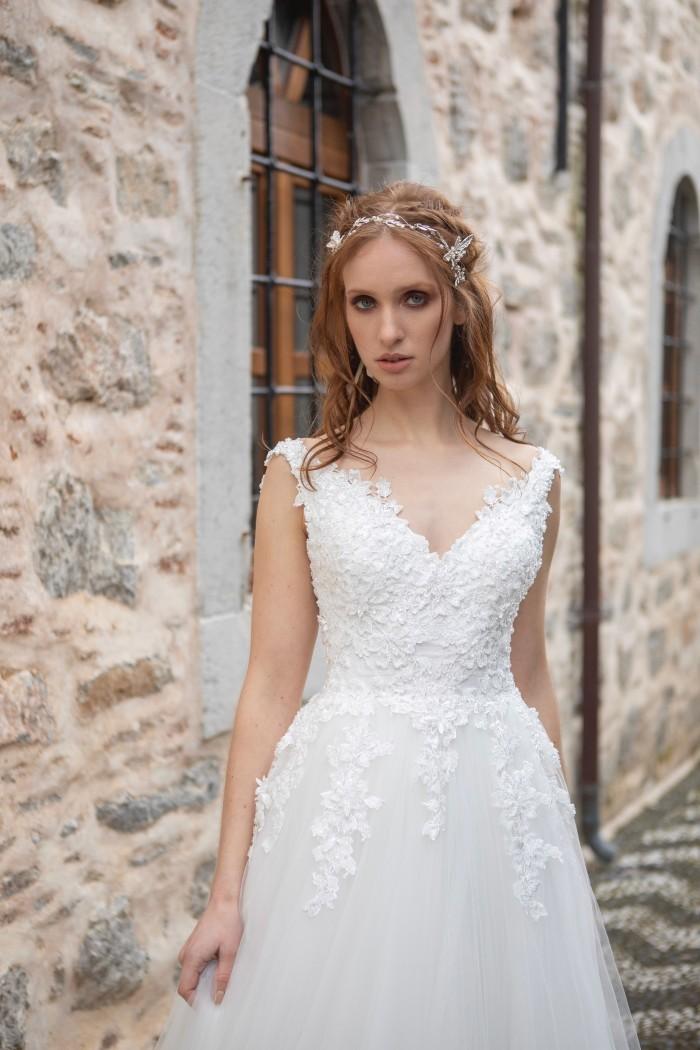 Hochzeitskleid im Prinzessstil mit Tüllrock, V-Ausschnitt und tiefem Rücken von Emine Yildirim, Modell 2021