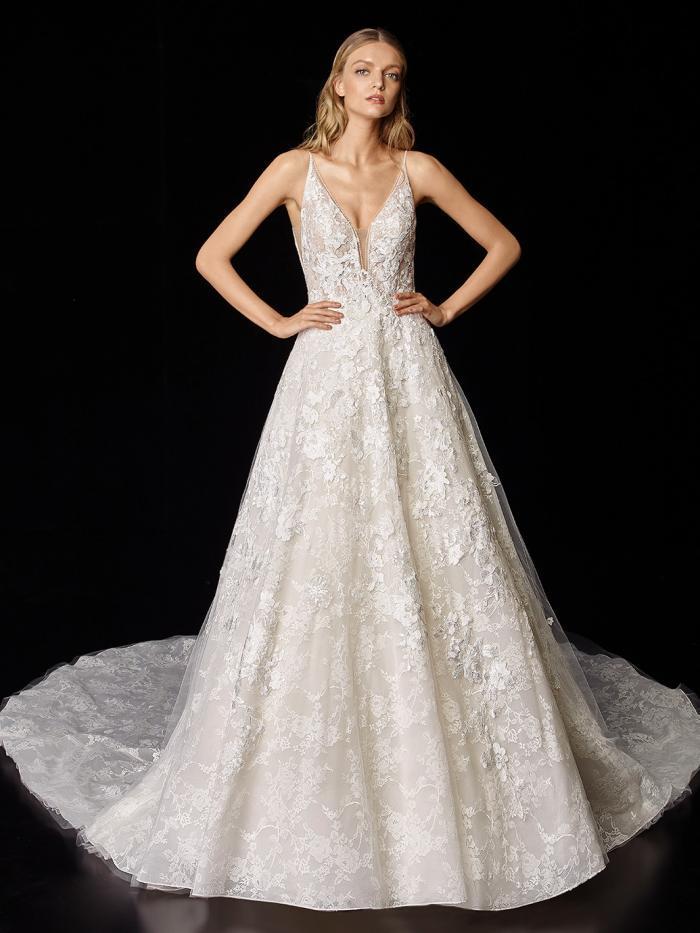 Brautkleid im Prinzessschnitt aus Spitze mit tiefem Rücken und Schleppe von Enzoani, Modell Pen