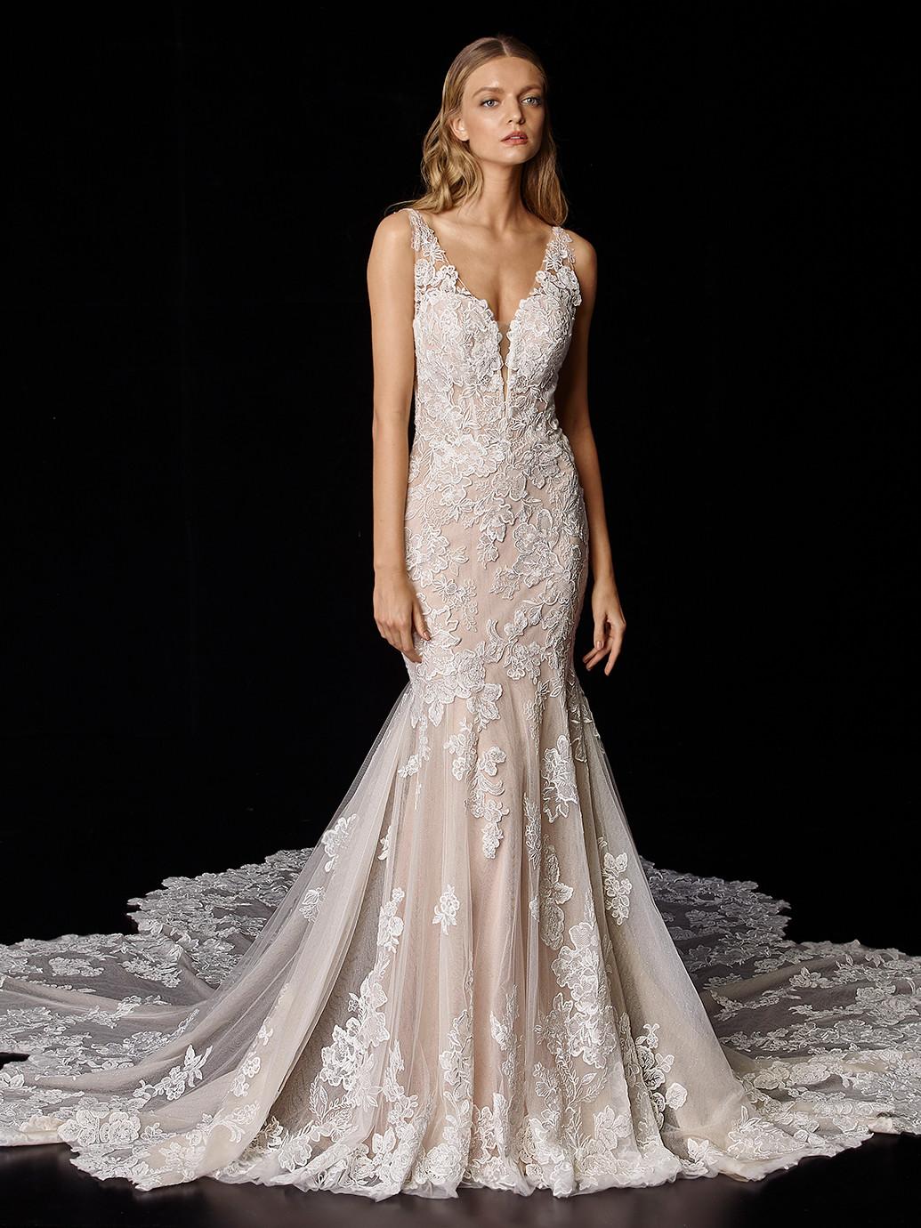 Rosa Fit-and-Flare-Hochzeitskleid mit Kontrastspitze und Plunge-Ausschnitt von Enzoani, Modell Poppy