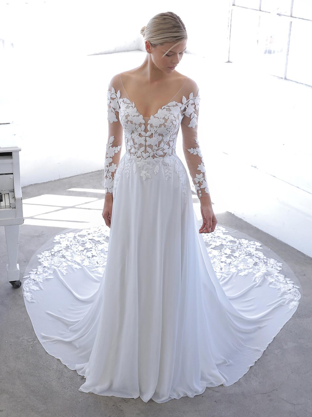 Weißes Brautkleid in A-Linie mit fließendem Rock, Tattoo-Effekt und langen Ärmeln von Blue by Enzoani, Modell Nandana