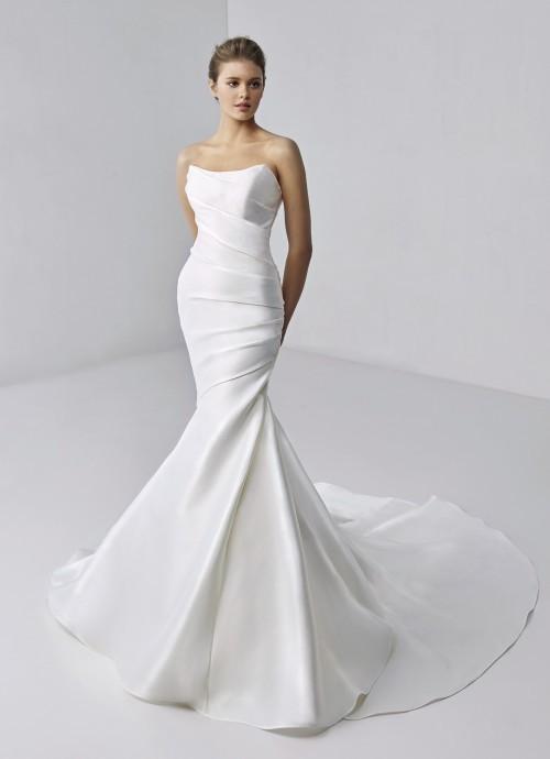 Fit-and-Flare-Brautkleid mit trägerlosem Bandeau-Ausschnitt und Drapierungen von Etoile, Modell Andromeda