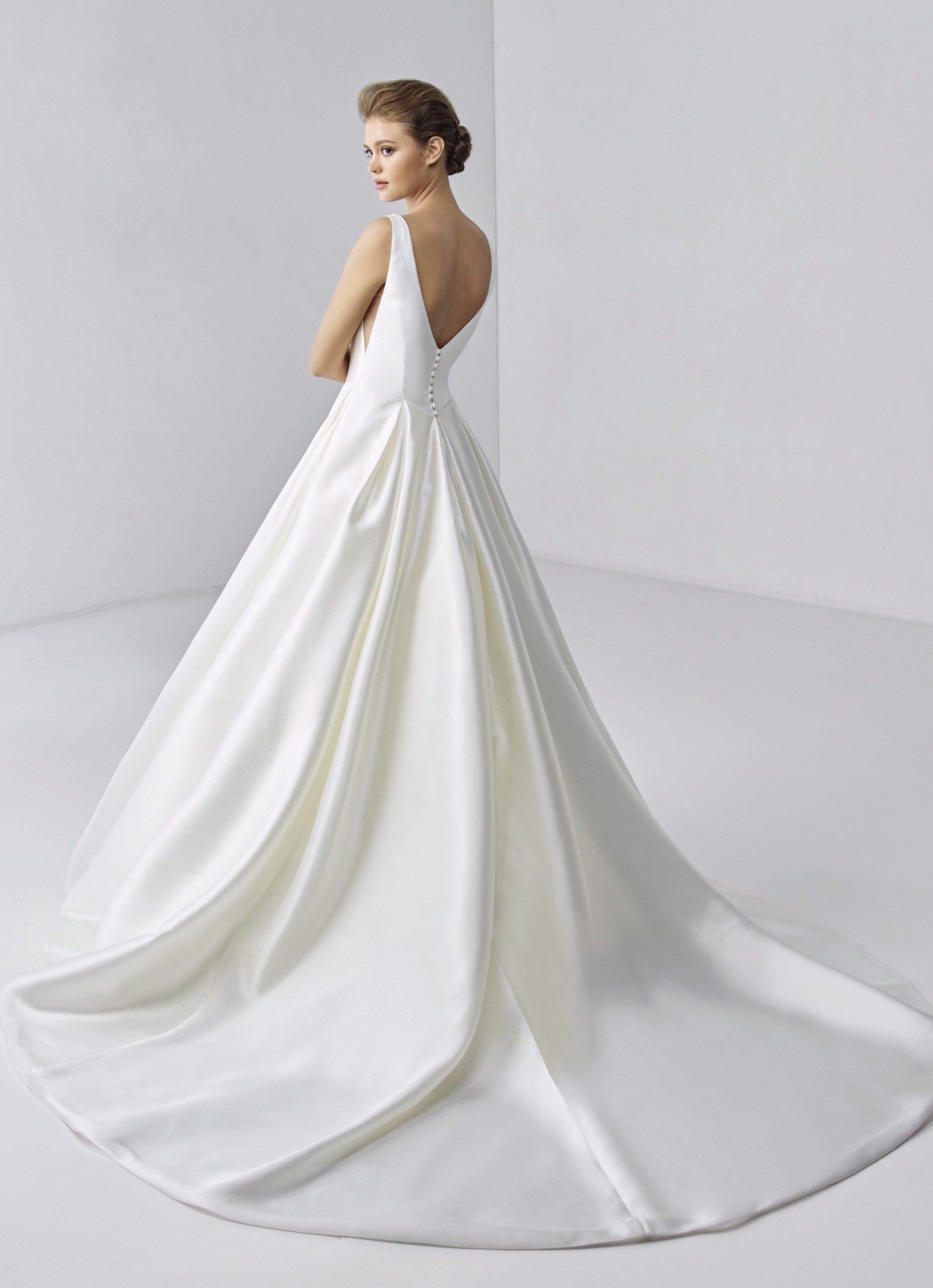 Prinzess-Hochzeitskleid im Clean Chic mit V-Ausschnitt vorne, hinten und seitlich von Etoile, Modell Eugenie