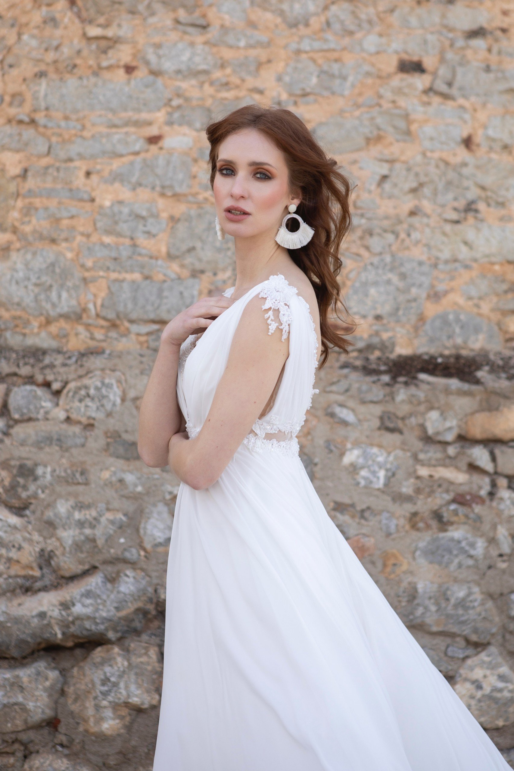 Hochzeitskleid im fließenden Empire-Schnitt mit Spitze unterlegten Cut-Outs von Emine Yildirim, Modell 2006