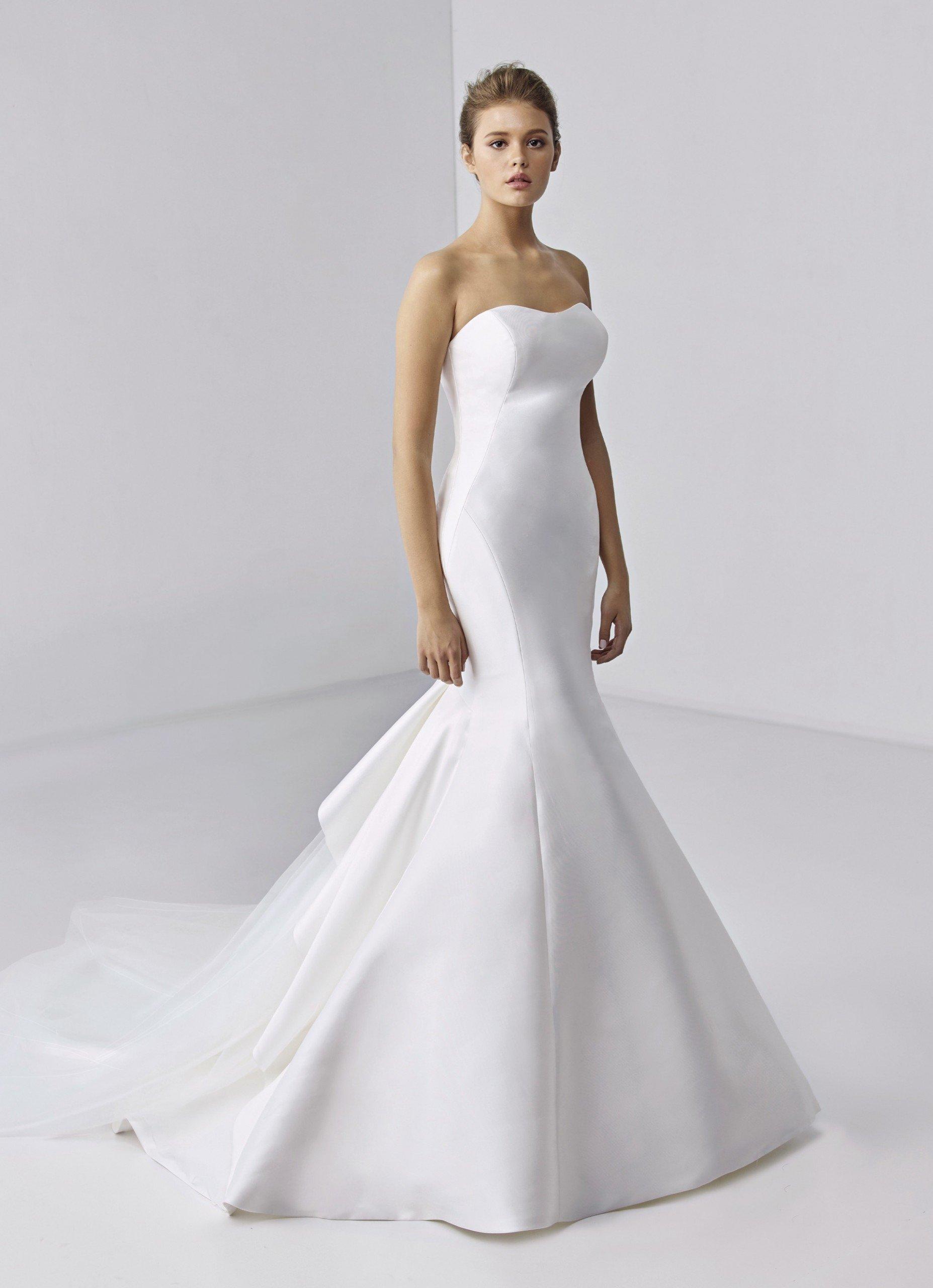 Trägerloses Brautkleid im Fit-and-Flare-Schnitt in Weiß mit Schleppe von Etoile, Modell Adeline