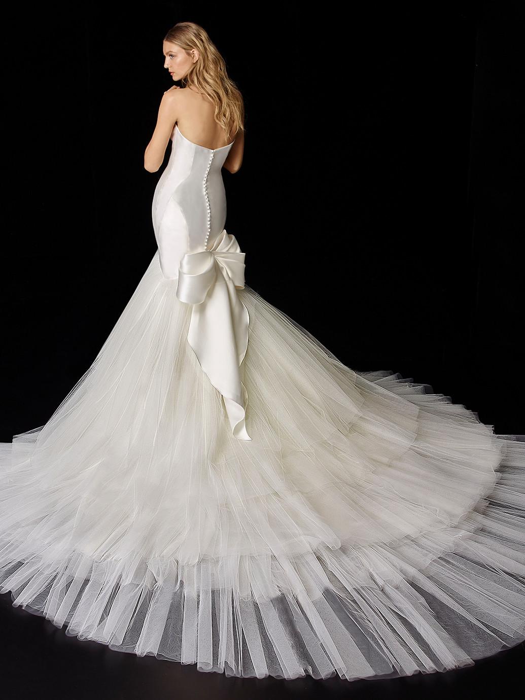 Weißes Hochzeitskleid mit abnehmbarer Schleppe und Schleife von Enzoani, Modell Persephone