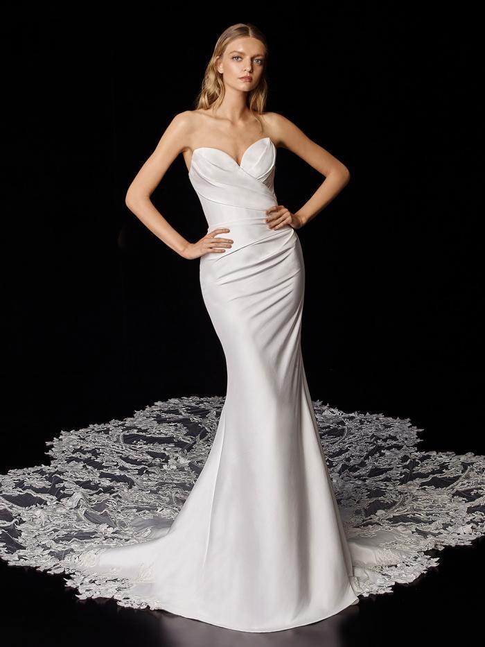 Trägerloses Hochzeitskleid in Weiß mit Drapierungen und Spitzenschleppe von Enzoani, Modell Porter