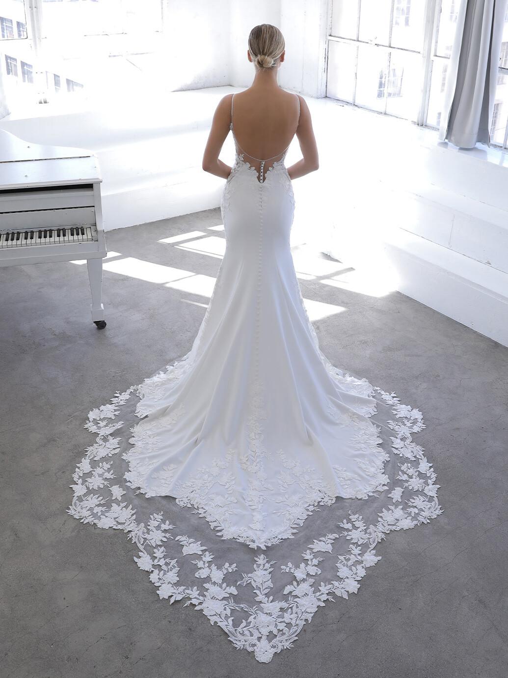 Godet-Brautkleid in Weiß mit Spitzentop, Plunge-Ausschnitt und Spaghettiträgern von Blue by Enzoani, Modell Nigella
