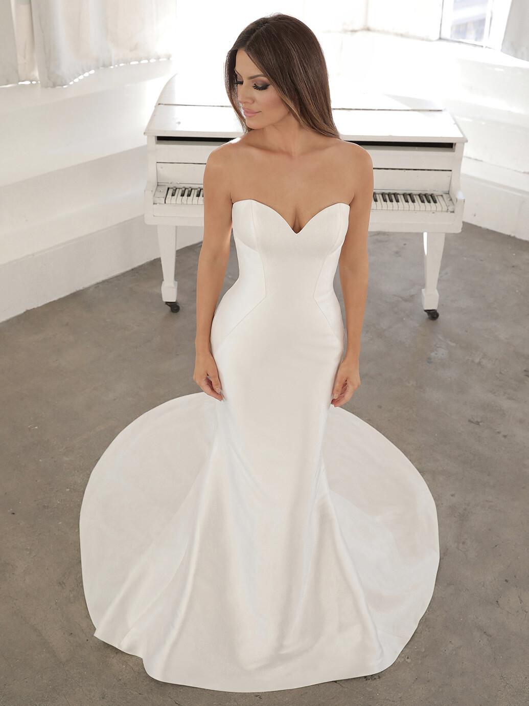 Puristisches Hochzeitskleid mit schulterfreiem Sweetheart-Ausschnitt und Schleppe mit Schleife von Blue by Enzoani, Modell Nanelle