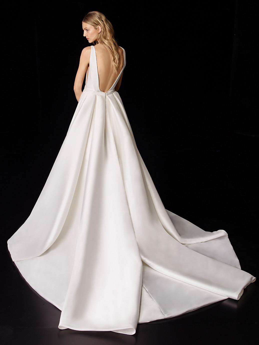 Puristisches Brautkleid mit V-Ausschnitt, abnehmbarer Schleppe und Schleife von Enzoani, Modell Peyton