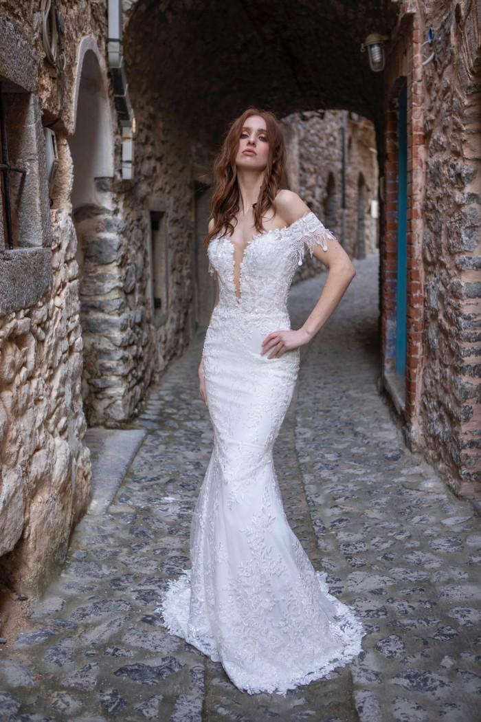 Hochzeitskleid im Fit-and-Flare-Schnitt mit Off-Shoulder-Trägern und abnehmbarer Schleppe von Emine Yildirim, Modell 2035